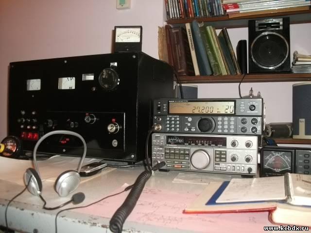Усилитель мощности использую на лампе ГУ-81М, стоит слева от трансиверов.