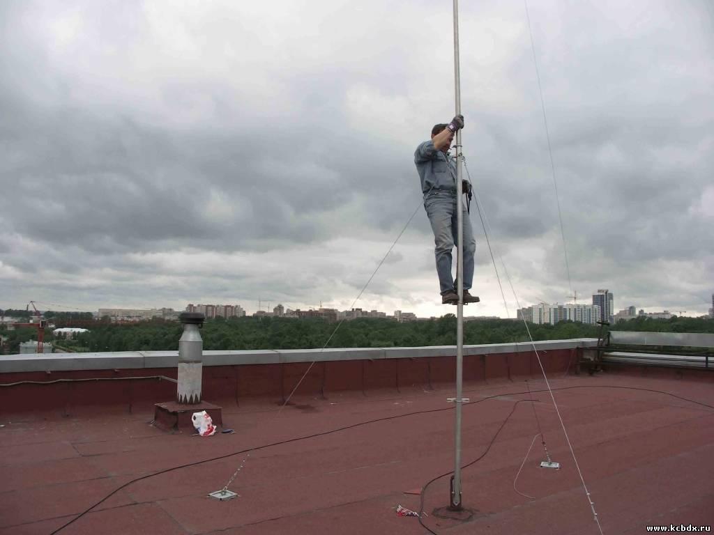 Установка мачты для антенны.